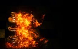 Schach im Feuer auf schwarzem Hintergrund Lizenzfreies Stockfoto