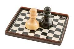 Schach mit einem Schachbrett Stockbild