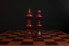 Schach Schwarzer König und Königin auf hölzernem Brett Die meisten einflussreichen Persönlichkeiten Lizenzfreies Stockbild