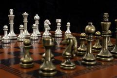 Schach-Spiel mit Fokus auf hellen Stücken Lizenzfreies Stockbild