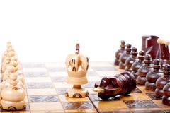 Schach-Spiel mit zwei Königen zwischen Rückseitenranglinien, weißer Hintergrund, Raum für Ihren Text Lizenzfreies Stockbild