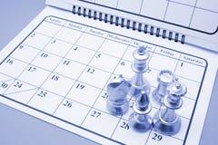Schach-Stücke auf Kalender lizenzfreie stockfotos