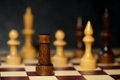 Schach stellt auf einem Schachbrett auf einem dunklen Hintergrund dar Stockfotografie