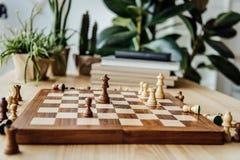 Schach stellt auf Schachbrett während des Spiels zu Hause dar Stockbild
