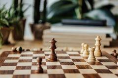 Schach stellt auf Schachbrett während des Spiels zu Hause dar Lizenzfreie Stockfotografie