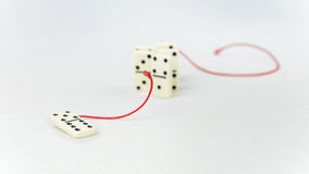 Schach stellt Bischöfe dar Eine Dominozahl stellen dar, weitere Einzelteile der bedeutenden Personenführung im roten Schleppseil  Stockfoto
