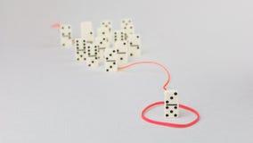Schach stellt Bischöfe dar Eine Dominozahl stellen weitere Einzelteile der bedeutenden Personenführung im roten Schleppseil dar Lizenzfreie Stockbilder