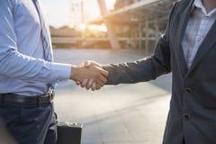Schach stellt Bischöfe dar Freundschaft Geschäftsmann Hände zusammen rütteln Erfolgsabkommen lizenzfreies stockfoto