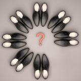 Schach stellt Bischöfe dar Men& x27; s-Schuhe befinden sich in Form eines Kreises Stockfotografie