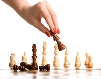 Schach und Frauenhand Lizenzfreie Stockfotos