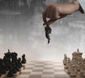 Schach und Geschäftsmann lizenzfreies stockbild