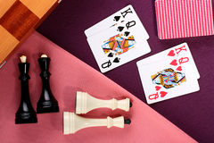 Schach und Karten Stockfotos
