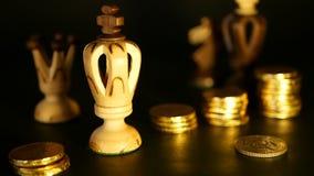 Schach und Stapel Münzen im Konzept des Geldenergie- oder -einsparungsgeldes, Finanzwachstum, Strategie-Investition, Ruhestand stock footage