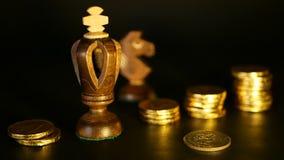 Schach und Stapel Münzen im Konzept des Geldenergie- oder -einsparungsgeldes, Finanzwachstum, Strategie-Investition, Ruhestand stock video