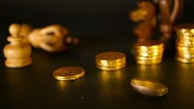 Schach und Stapel Münzen im Konzept des Geldenergie- oder -einsparungsgeldes, Finanzwachstum, Strategie-Investition, Ruhestand stock video footage