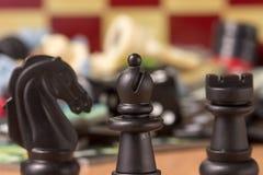 Schachbischofsnahaufnahme am Kopf eines Ritters und des Saatkrähe Stockbilder