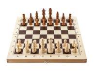 Schachbrett mit den hölzernen Stücken des Schachs lokalisiert auf Weiß stockbilder
