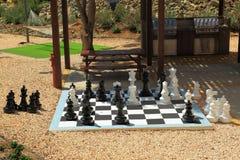 Schachbrett mit enormem Schwarzweiss-Schach stellt für Spielen das im Freien dar Lizenzfreie Stockfotos