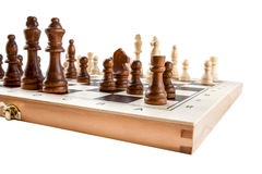 Schachbrett mit hölzernen Stücken des Schachs auf Weiß lizenzfreies stockfoto