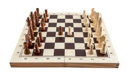 Schachbrett mit hölzernen Stücken des Schachs auf Weiß stockfotos