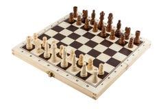 Schachbrett mit hölzernen Stücken des Schachs auf Weiß stockfoto