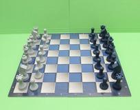 Schachbrett mit Plastikkontrolleuren Lizenzfreie Stockfotografie