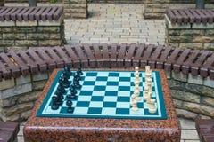Schachbrett mit Schach in einem Park Stockfotografie