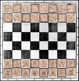 Schachbrett mit Schach stellt auf Stücken Verpackungspapier dar Lizenzfreie Stockfotos