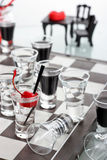 Schachbrett mit Schnapsgläsern Lizenzfreies Stockbild