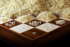 Schachbrett mit wachsenden Haufen von Reiskörnern, Legende über das e Lizenzfreie Stockfotos