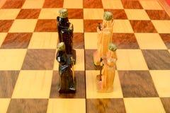 Schachbrett mit zwei Königen und zwei Königinnen Stockfotografie