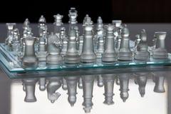 Schachbrett- und Schachstücke Stockbild