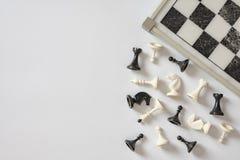 Schachbrett und Schachzahlen auf weißem Draufsicht-Kopienraum des Hintergrundes stockfotografie