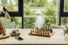 Schachbrett, Weinlesekamera und Smartphonelügen lizenzfreies stockfoto
