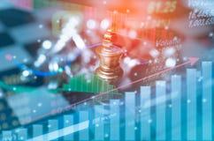 SchachBrettspielkonzept des Geschäftswettbewerbs und Strategie mit Börse stellen Hintergrund grafisch dar Stockbild