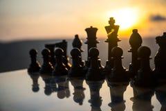 SchachBrettspielkonzept von Geschäftsideen und von Wettbewerbs- und Strategieideen Schach stellt auf einem backgr Sonnenuntergang lizenzfreie stockbilder