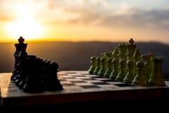 SchachBrettspielkonzept von Geschäftsideen und von Wettbewerbs- und Strategieideen Schach stellt auf einem backgr Sonnenuntergang stockfotografie
