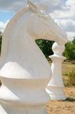Schachfiguren auf der Straße Lizenzfreies Stockfoto