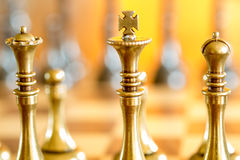 Schachfiguren auf einem Schach-Brett stockbild