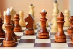 Schachfiguren auf einem Schachbrett Stockbilder