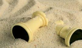 Schachfiguren in einer Sanddüne Lizenzfreies Stockbild