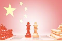 Schachfiguren gegen chinesische Flagge Stockbilder