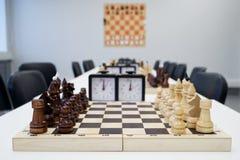 Schachfiguren sind auf dem Schachbrett, vorbereiten für den Anfang des Turniers lizenzfreies stockfoto
