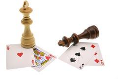 Schachfiguren und Blackjack lizenzfreie stockfotografie