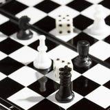 Schachfiguren und Würfel Lizenzfreie Stockbilder
