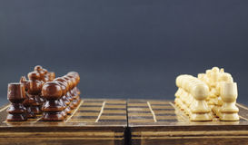 Schachfiguren vereinbart auf dem Brett stockbild