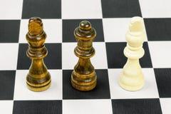 Schachfiguren zwei Könige mit Königin Stockbilder