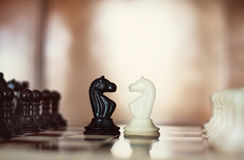 Schachfigurritter, die für eine Distanzhülse sich gegenüberstellen Stockfotos