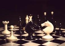 Schachfigurritter, die für eine Distanzhülse sich gegenüberstellen Lizenzfreie Stockfotos