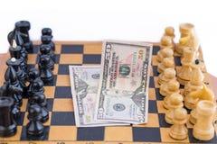Schachkomponenten und -geld zwischen ihnen Stockfotos